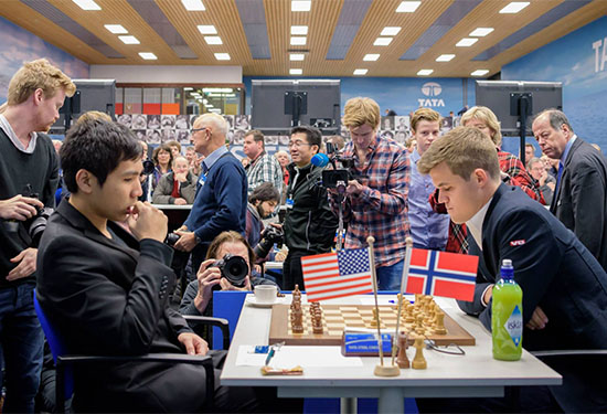 Chess grandmaster Wesley So (left) plays against world champion Magnus Carlsen of Norway. Chessdom.com